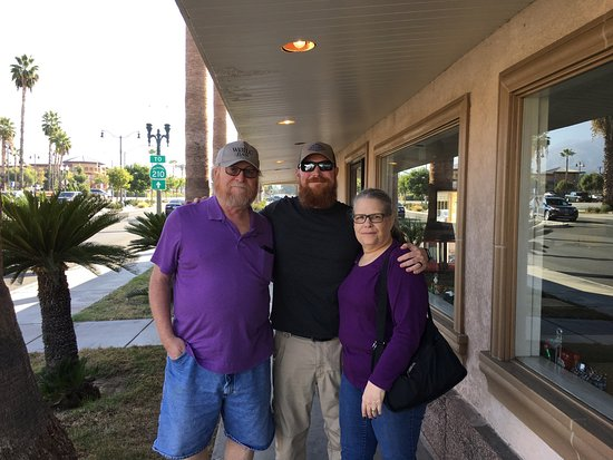 Highland, Kalifornia: Me, son, and wife outside Kay's Cafe, Oct 18, 2016.