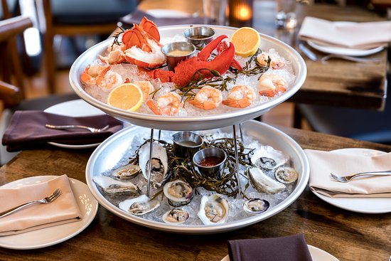 Chelsea, Массачусетс: Seafood Tower: Lobster Tail & Claw, Oysters, Clams, & Shrimp