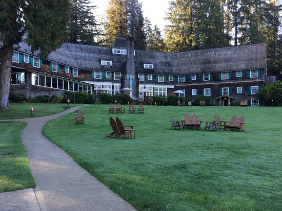 Quinault, WA: Lawn and Lodge