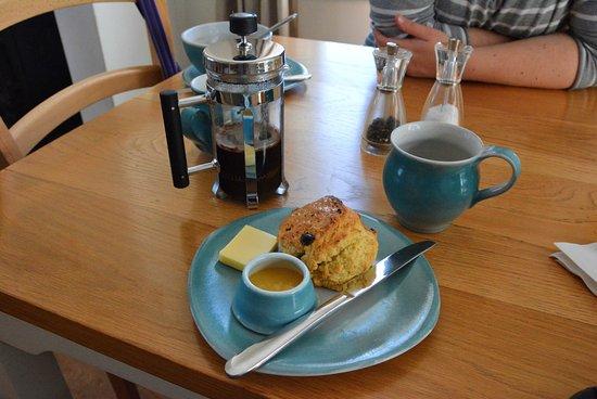 Ellishadder Art Cafe - Temporarily Closed: Fruit Scones, Lemon Curd und Kaffee