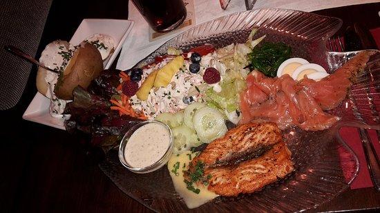 Fehmarn, Γερμανία: Warmes Lachsfilet, kalter Räucherlachs, viel frischer Salat, Ofenkartoffel mit Kräuterquark.