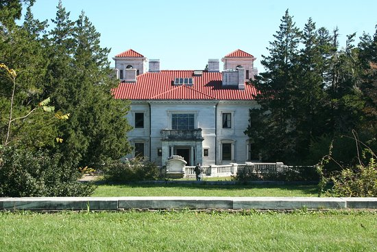 Afton, VA: rear view from the gardens