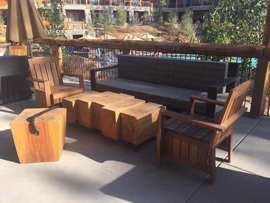 Groveland, Californien: Lounge areas outside of tavern