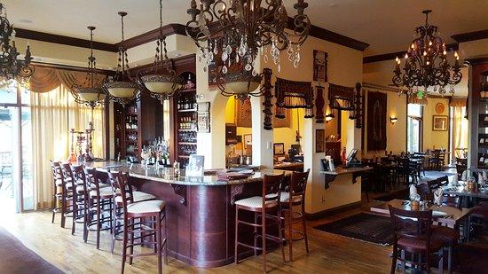 El Dorado Hills, Καλιφόρνια: Interior with seating around the bar.