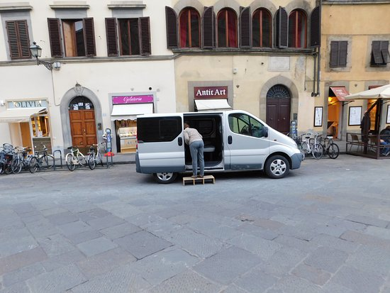 Bob's Limousines & Tours in Rome : Guide was helpful, but Bob's Limos made BIG error in time of reservation! :-(