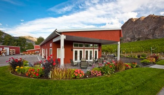 Okanagan Falls, Kanada: Tasting room with beautiful views of Peach Cliff Bluff.
