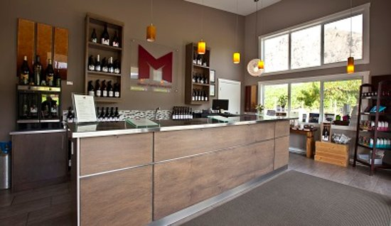 Okanagan Falls, Canadá: Inside view of our tasting room.