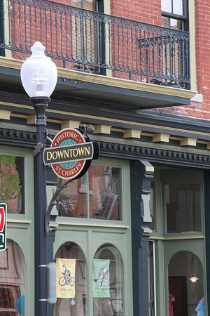 Saint Charles, MO : Historic Main Street offers blocks of unique shops and restaurants lining the cobblestone street