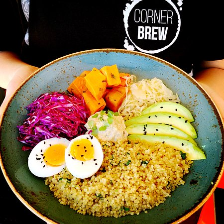 Heathcote, Australien: Corner Buddha Bowl: Roasted sweet potato, spiced hummus, fresh cabbage slaw, organic quinoa...