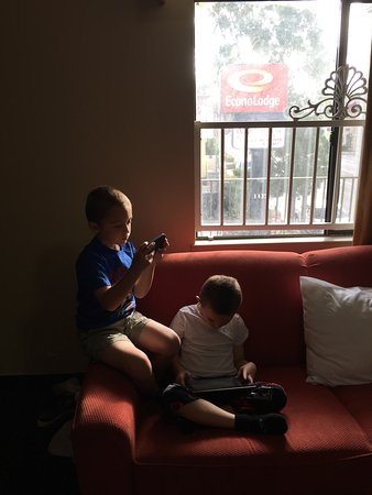 Econo Lodge: Grandboys enjoyed the sofa!