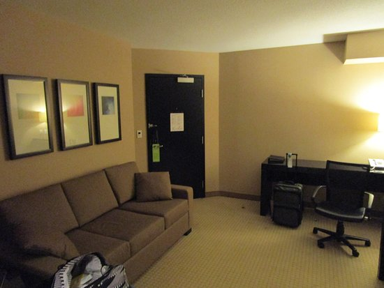 Radisson Hotel Vancouver Airport: Linving room/business desk.