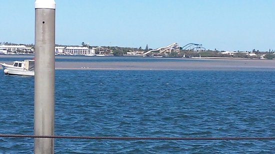 Labrador, Australien: 100m from our apartment. You can see Seaworld!!