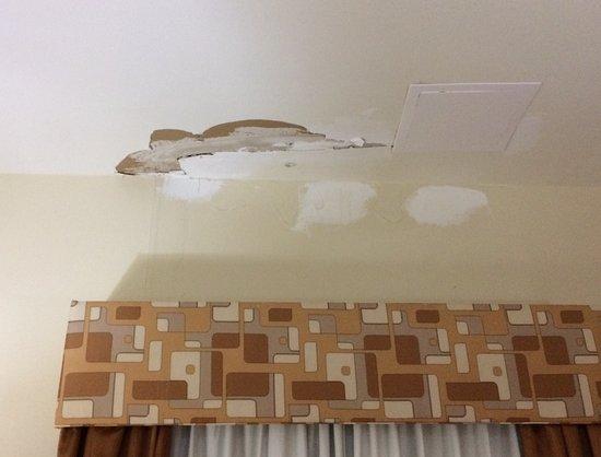 Baymont Inn & Suites Savannah South: Water damage on ceiling