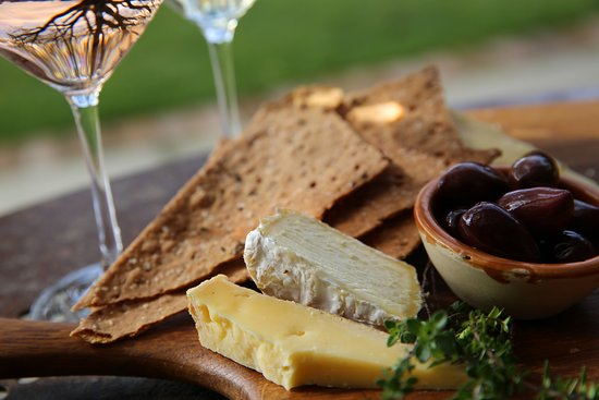 Upper Moutere, New Zealand: Enjoy a glass of wine in the garden with a selection of local cheeses from their baby deli.