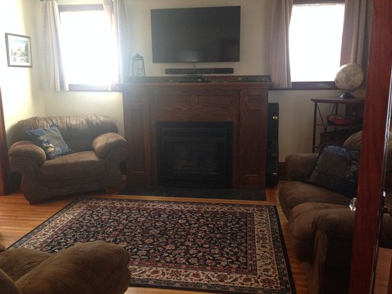 North Bay, Canada: Living Room with Gas Fireplace