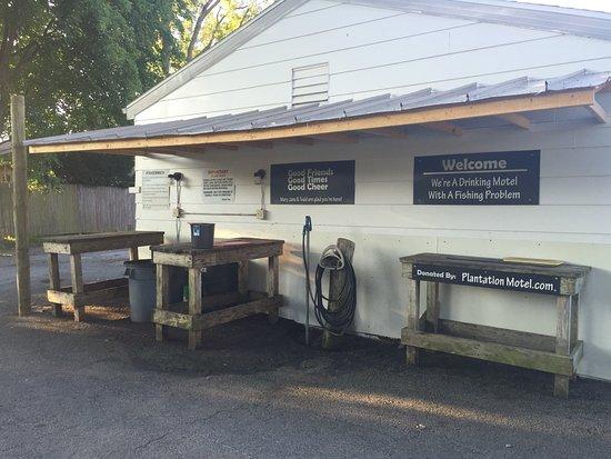 Plantation Motel: fish cleaning station