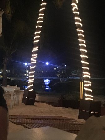 ‪إلتاج أوشن فرونت آند بيتش سايد كوندو: Indigo Beach Club lit up at night was magical!‬