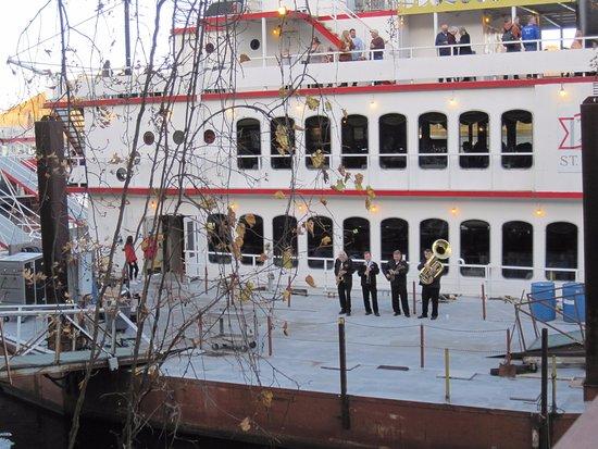 สติลวอเตอร์, มินนิโซตา: The Dixieland Jazz band was there to greet guests as they boarded the boat.