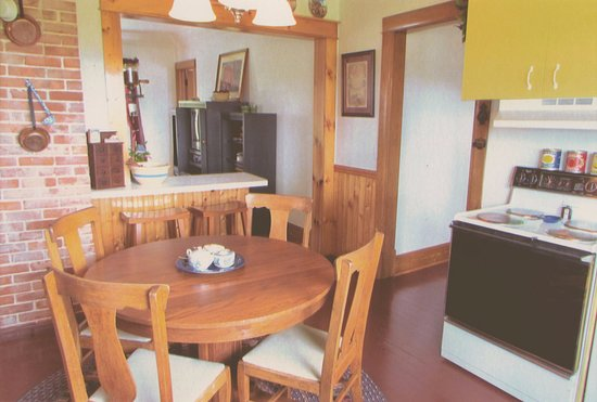 Eat-in kitchen table - Picture of Betsy\'s Bed and Breakfast ...