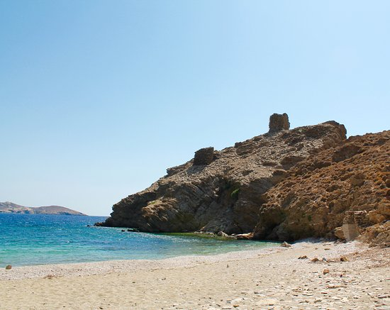 Andros, Griechenland: The tower that the beach derives its name from can be seen to the right.