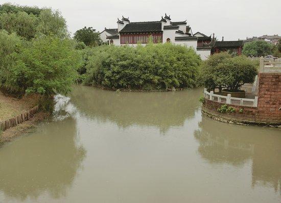 Nanchang, China: Bada Shanren Memorial Hall waterway and building