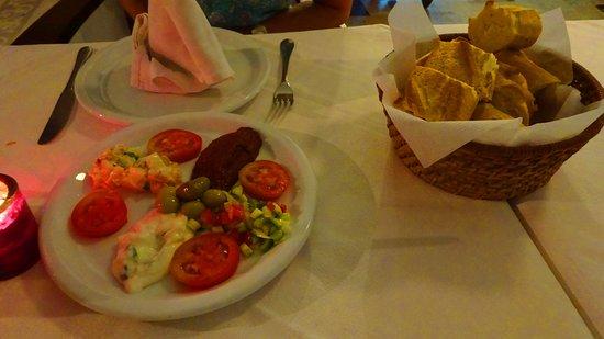 Bedouina : Baguette basket, salads and dips