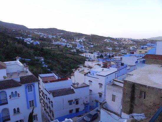 Hotel Parador: 早朝はこんな感じ。山に臨む町の様子がよく分かります