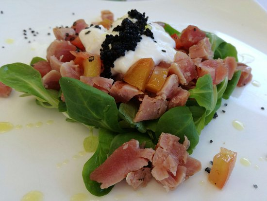 San Martino in Campo, Italia: Mezzo crudo di tonno, uova di lompo, concassè di pomodoro e stracciatella di burrata
