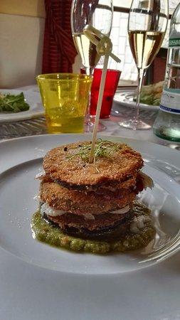 San Martino in Campo, Italia: Millefoglie di baccalà e melanzane in panura con chutney di cipolla rossa di Cannara