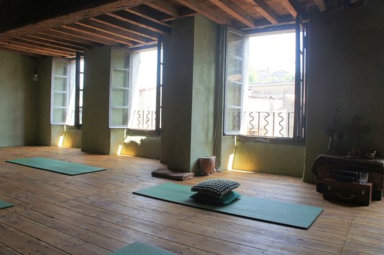 Chalabre, France: Large yoga shala on the top floor, overlooking the medieval roof tops.