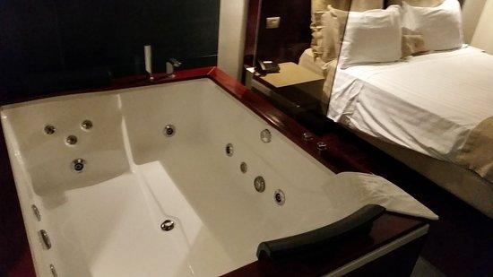 Roccalumera, Italië: Stanza deluxe, con vasca idromassaggio.  Comoda per 2 persone