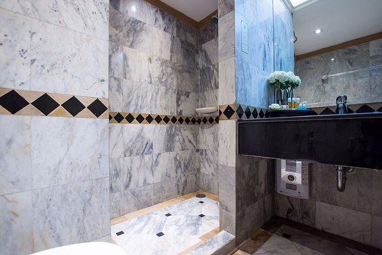 Buddy Lodge Hotel : Marble Bathroom