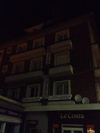 Hotel Albatros : Hôtel de nuit avec rideau cassé