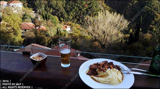 Langadhia, Greece: Χοιρινό με ντομάτες λιαστές, χαλούμι και πουρέ (με θέα)!