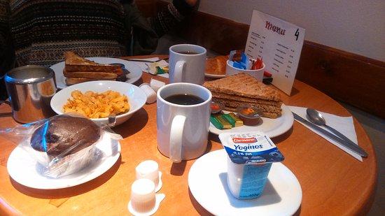 Lords Hotel: Desayuno. Té, café (aguatxirri), yogur, muffin, cereales y tostadas integrales.