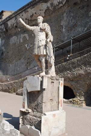 Ercolano, Italie : The Terrace and statue of Marcus Nonius Balbus, patron of Herculaneum. From Nuceria, he was prae