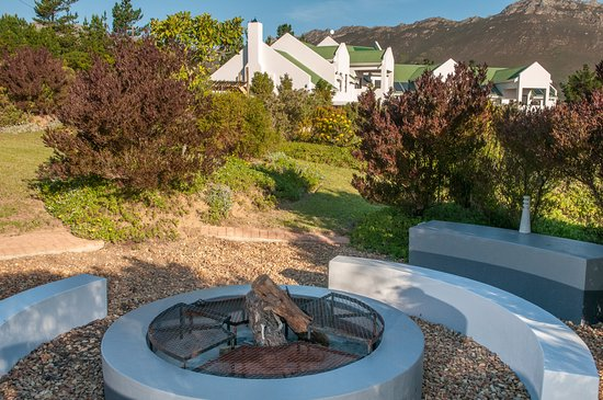Gordon's Bay, Zuid-Afrika: We have three braai areas. Two in the garden and one behind the building.