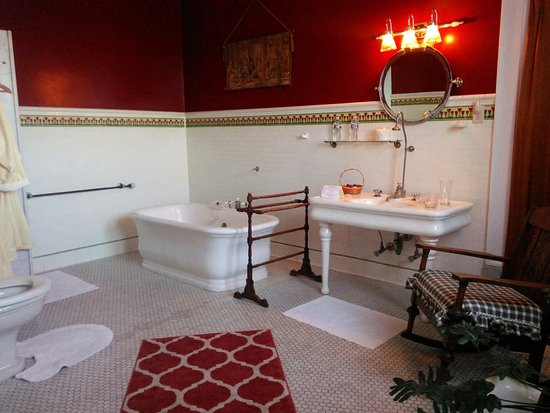 Mercersburg, PA: Huge, authentic 20's bath