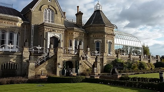 Newark-on-Trent, UK: Front with Spa Entrance - isn't it a beautiful building?!