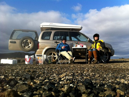 Keflavik, İzlanda: 4x4 camping car and a set of happy campers travelling in Iceland.