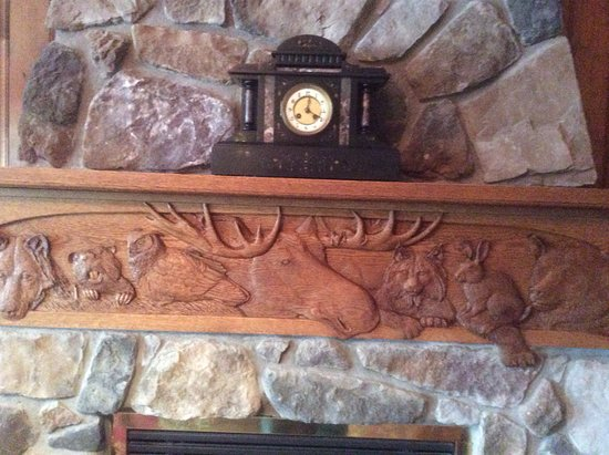 Val-des-Monts, Kanada: Stone fireplace and mantle carvings of local animals