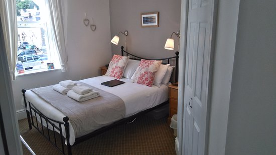 Harvington House: Double en suite sunny room facing to the front of the house.