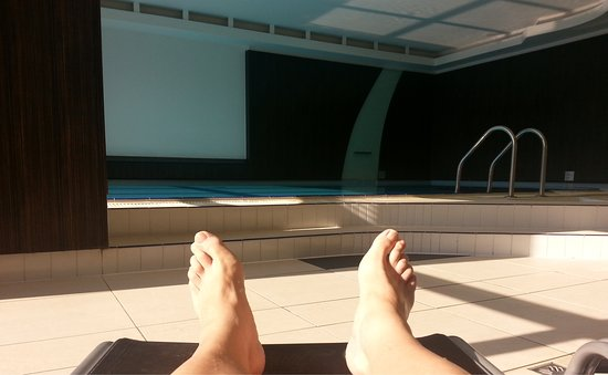 Novotel Budapest City: Relaxing in the sun by the indoor pool