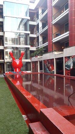 бассейн внутри двора отеля