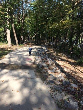 West Columbia, Carolina del Sur: Little man walking on the river walk.