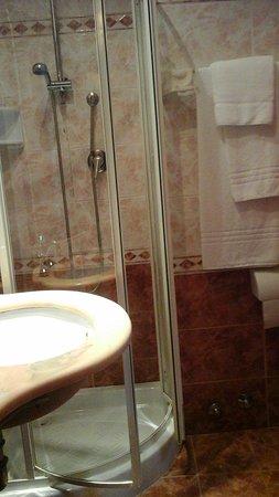 Genio Hotel: ouverture de la cabine de douche bloquée par le lavabo