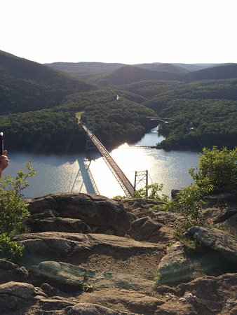 Cortlandt Manor, NY: At top, below is Bear Mtn Bridge, sizable rocky area to safely sit and rest,