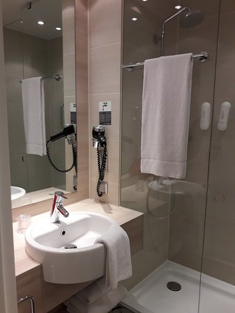 H2 Hotel Berlin Alexanderplatz: douche spacieuse, propreté, WC avec porte séparée.