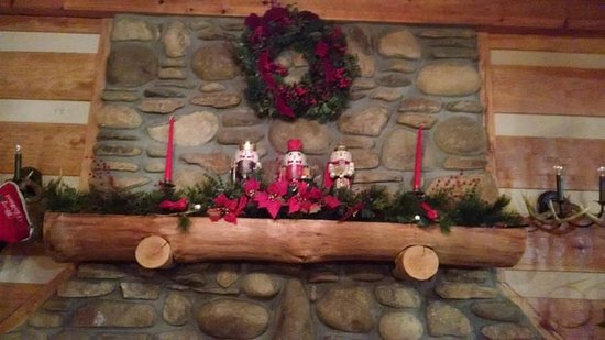blue smoke mountain cabins custom stone fireplace decorated for christmas - Cabins Decorated For Christmas