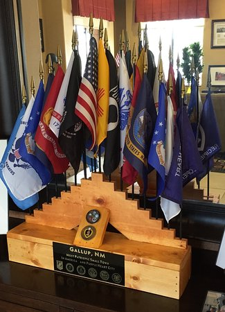 Gallup, نيو مكسيكو: Amazing flag display honoring all branches and MOH/Purple Heart Recipients